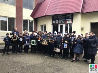 Школьники Махачкалы в рамках акции смастерили кормушки для перелетных и зимующих птиц