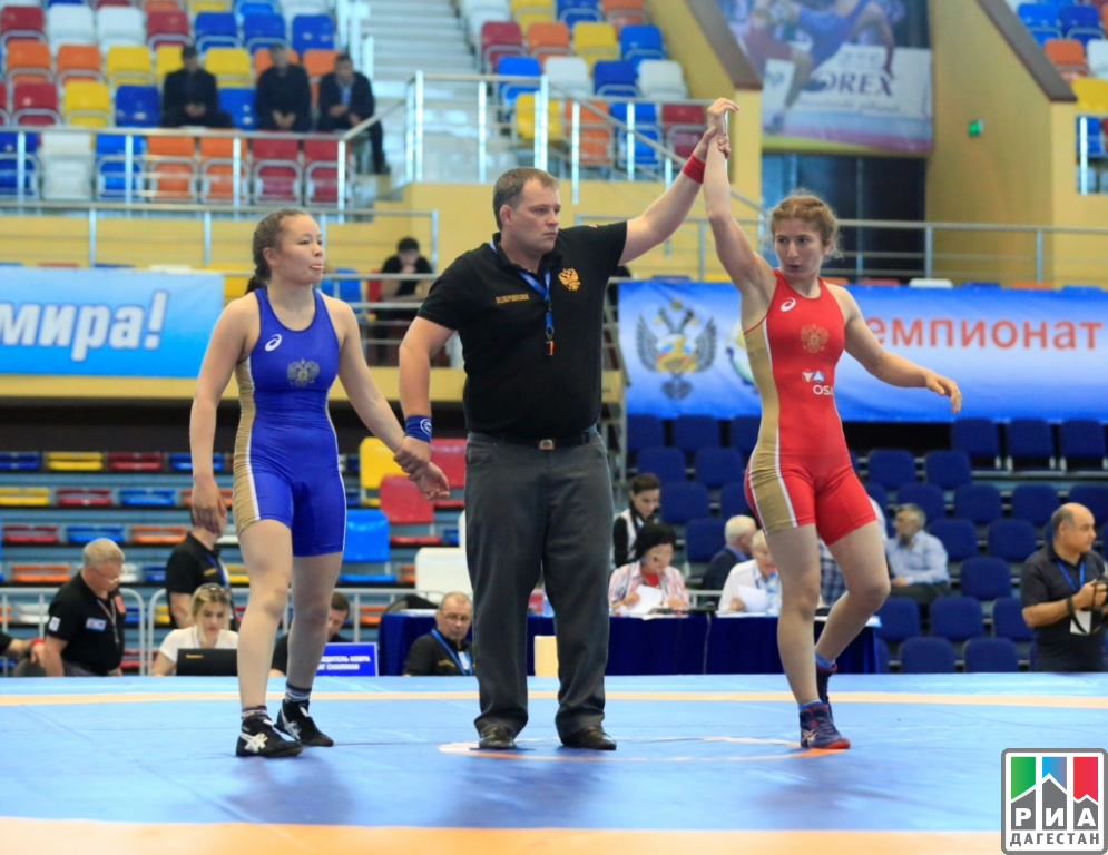 ВКаспийске стартовал чемпионат РФ повольной борьбе среди женщин