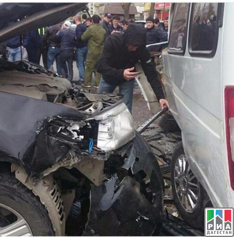 ВМахачкале бронированный внедорожник сбил пешехода иврезался вмаршрутку