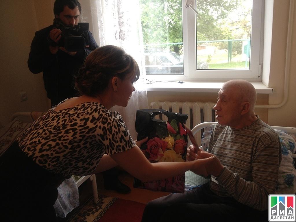 выбрав поздравление пожилых граждан на дому нужно аккуратно