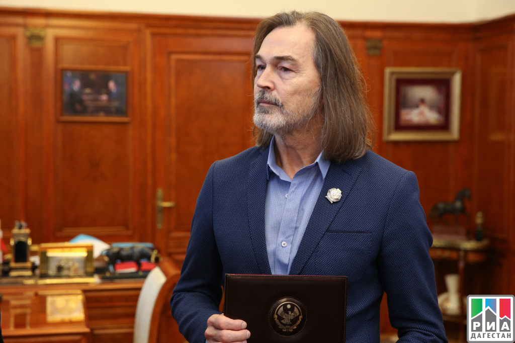 Рамазан Абдулатипов присвоил Никасу Сафронову почетное звание народного художника Республики Дагестан