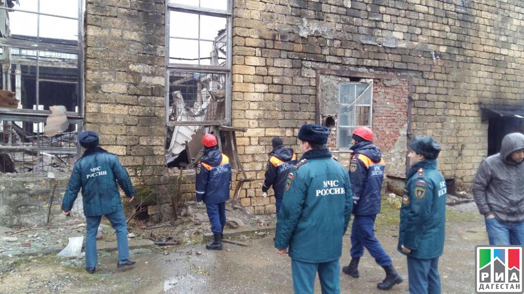 ВМахачкале перекрытия заводской крыши придавили двоих человек