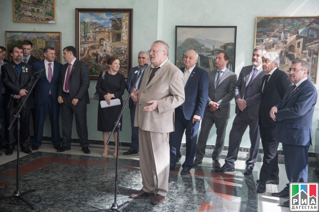 Владимир Жириновский оценил картины дагестанских живописцев