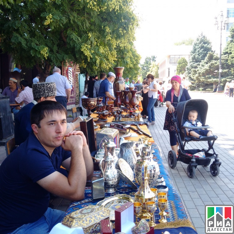 День Конституции Дагестана Махачкала отметила большим праздником фольклора