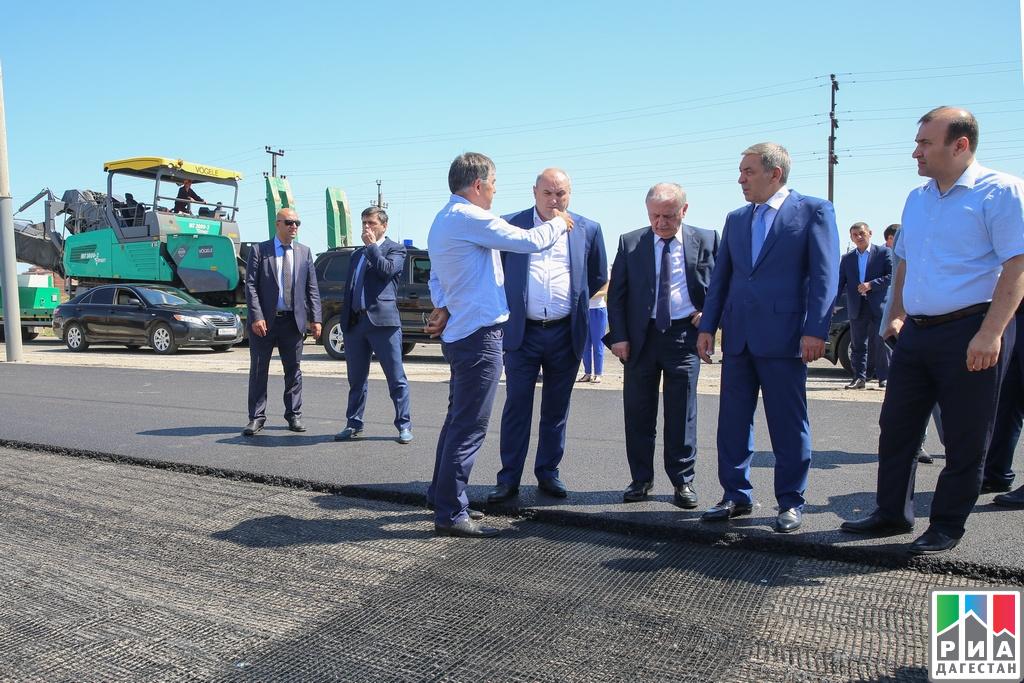 Каспийск: Абдусамад Гамидов проинспектировал ход ремонтных работ на автотрассе  Махачкала