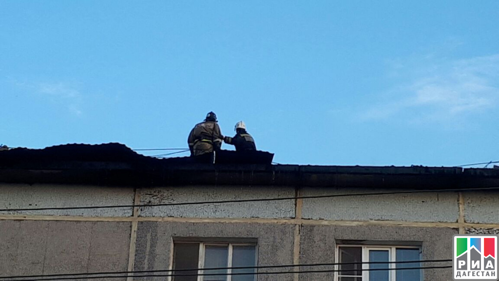 Пожар вжилой пятиэтажке гасят вМахачкале