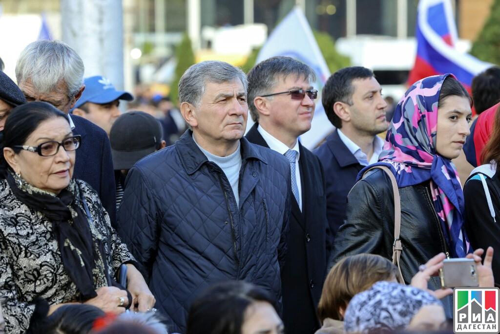 Большой русский  флаг развернули на основной  площади Махачкалы