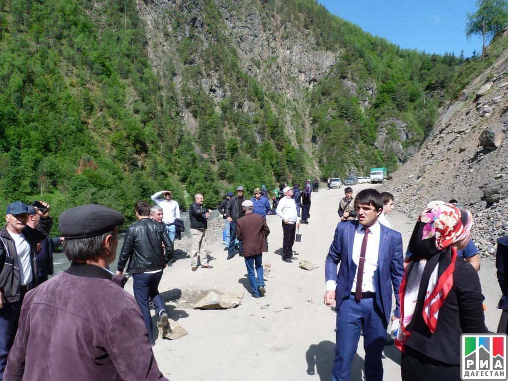 Дорогу вДагестане обещают расчистить после обвала грунта квечеру среды