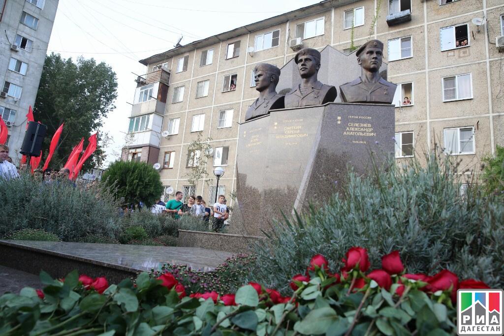 Руководитель Дагестана принял участие вцеремонии открытия монумента Героям РФ