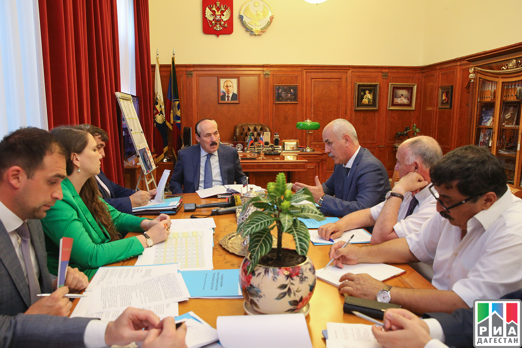 Рамазан Абдулатипов встретился сруководителями Избербаша иКаякентского района