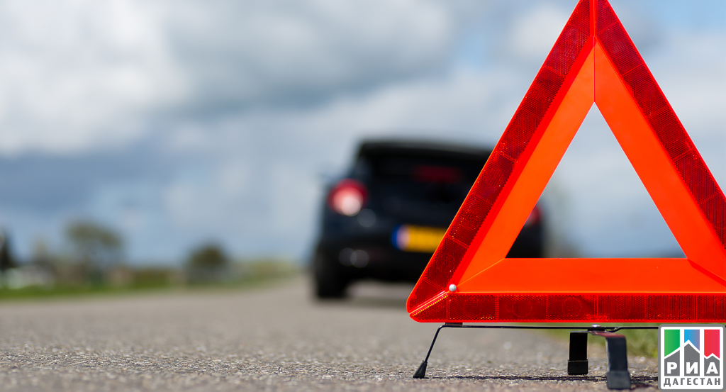 ВДагестане легковой автомобиль столкнулся страктором, погибли два человека
