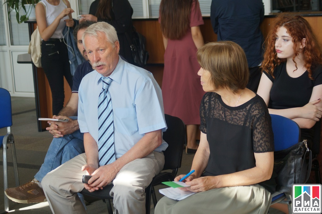 Рамазан Абдулатипов посетил открытиеVI Международной книжной ярмарки «Тарки-Тау» вМахачкале