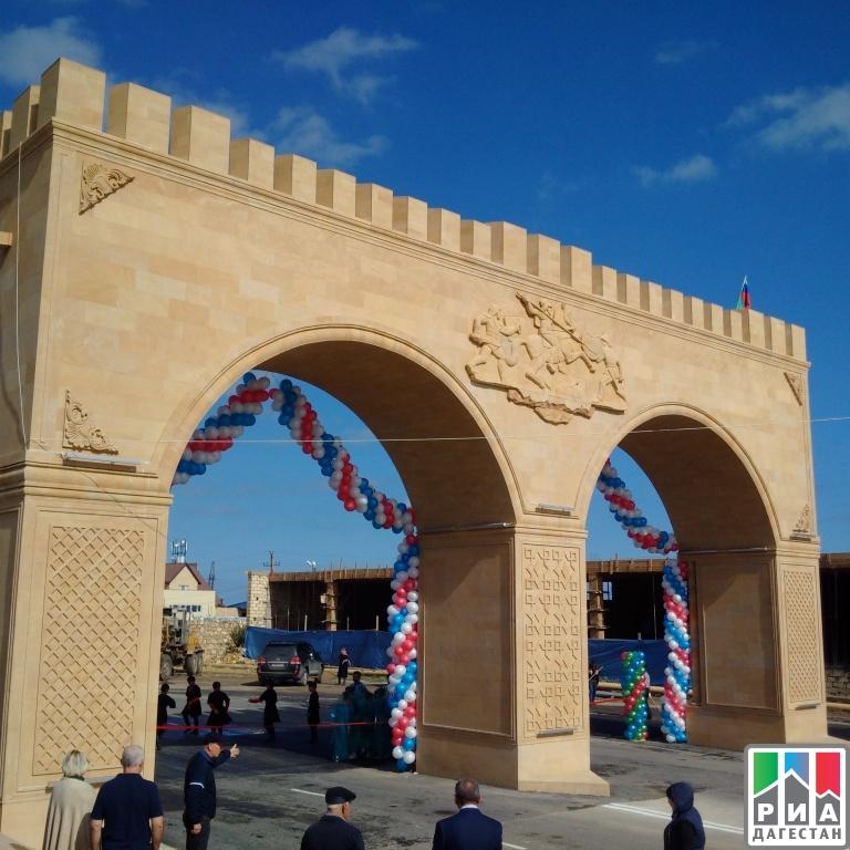 Семиметровую стилизованную арку открыли при въезде вДербент