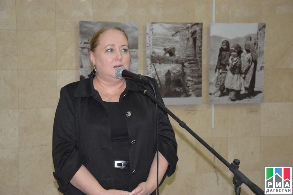 ВМузее истории города открылась выставка фоторабот Манабы Магомедовой