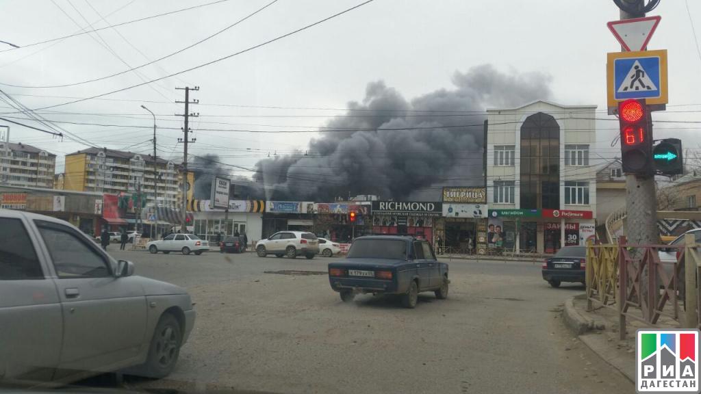 Торговцы сосгоревшего рынка вМахачкале устроили митинг иперекрыли улицу