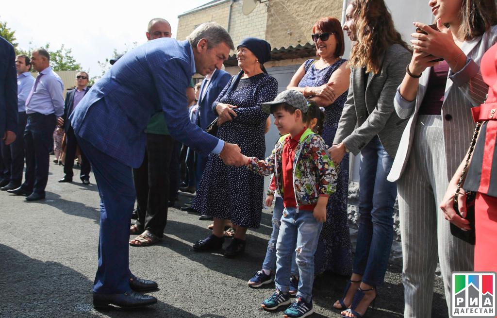 Абдусамад Гамидов вручил ключи отновых квартир жителям Тарумовского района