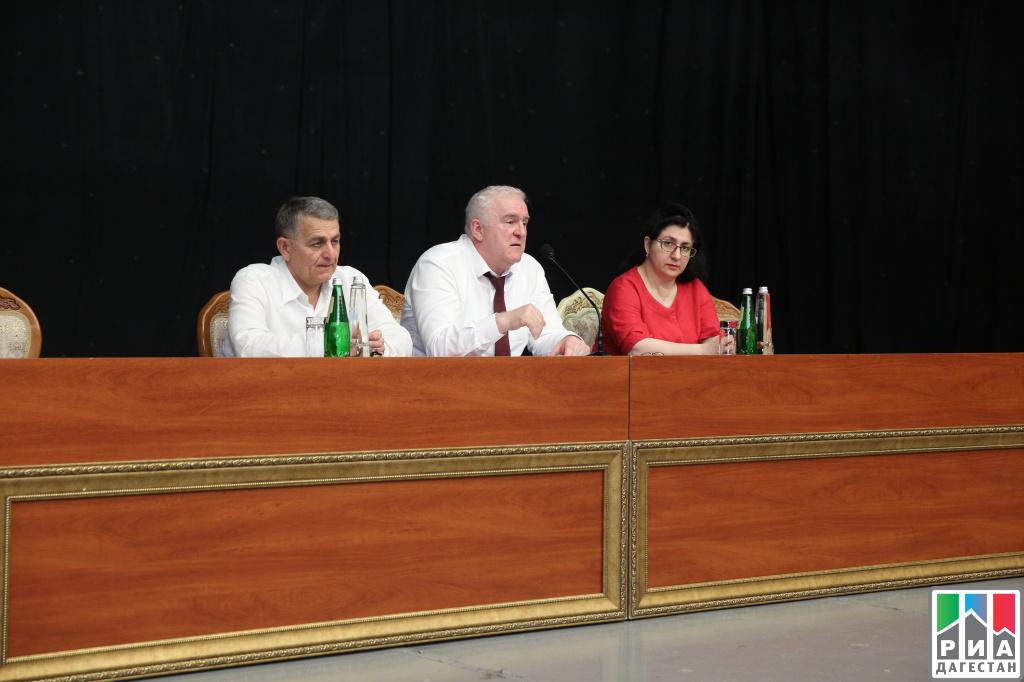 Рамазан Абдулатипов поздравил соотечественников сДнем Конституции Дагестана