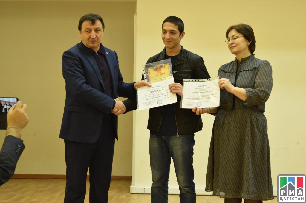 Победитель дагестанской математической олимпиады среди школьников получил сертификат на 300 тыс. руб.