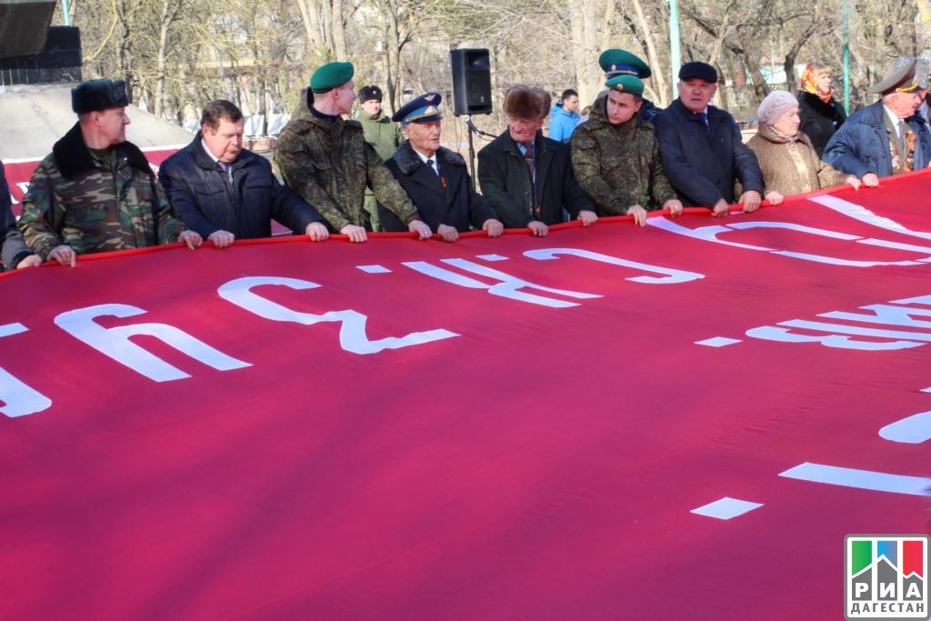 Дагестан встретил 200-метровую копию Знамени Победы