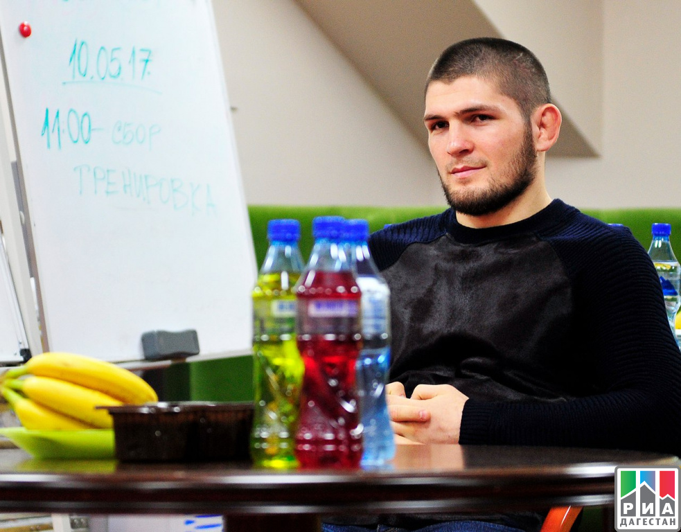 Боец UFC Хабиб Нурмагомедов встретился сигроками итренерами «Анжи»