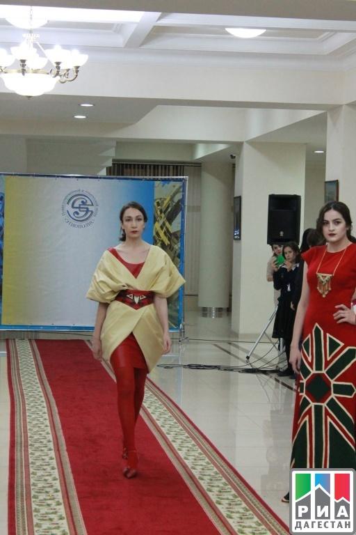 1be2bcfe544 Показ современной и этнической моды «Этнополис» прошел накануне в Доме  Дружбы в рамках празднования Дня Дагестанской культуры и языка.