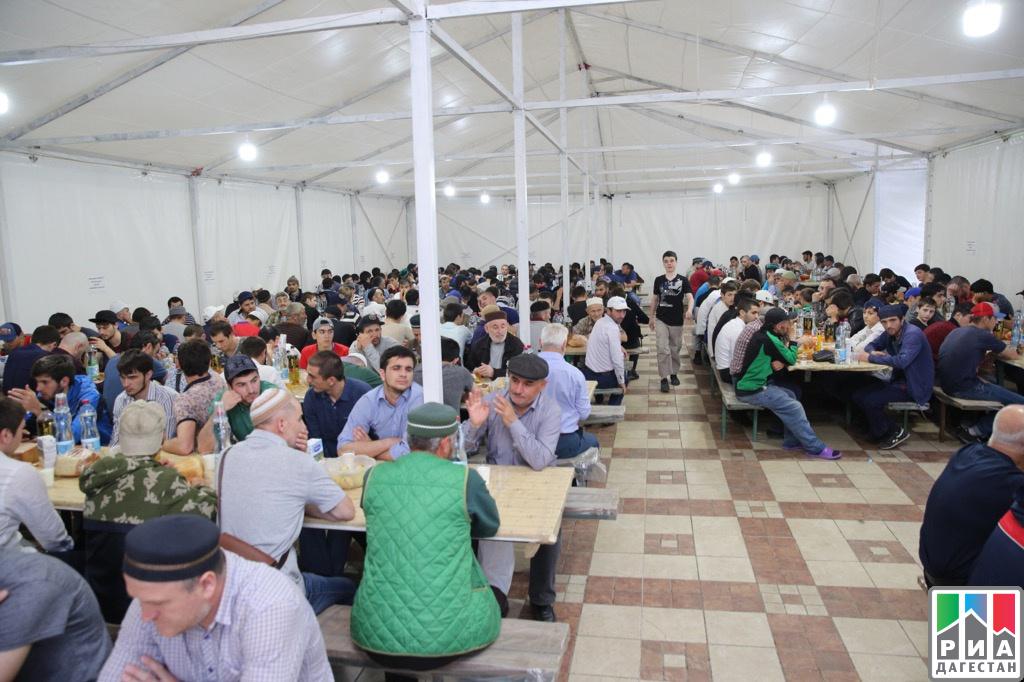 Неменее 3 тыс. человек ежедневно участвуют вифтаре вджума-мечети Махачкалы