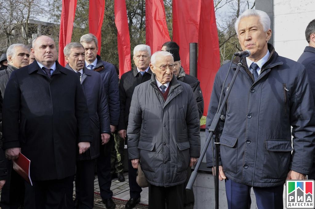ВМахачкале прошла церемония перезахоронения останков красногвардейца Мухаммеда Казбекова